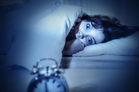 Por qué dormir con luz es peligroso para tu salud