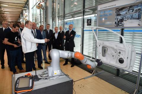 Robots que colaboran con trabajadores en Volkswagen