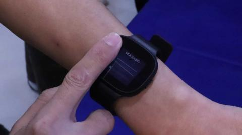 The VivoWatch BP measuring the pulse