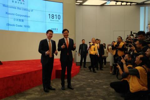 Lei Jun, a su llegada a la bolsa de Hong Kong para la salida a bolsa de Xiaomi.