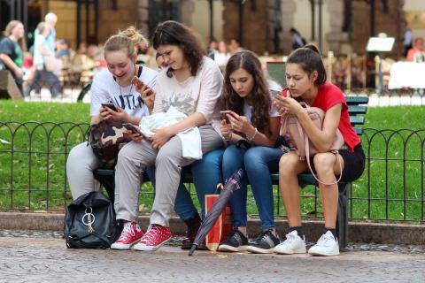 Niñas utilizando el teléfono móvil