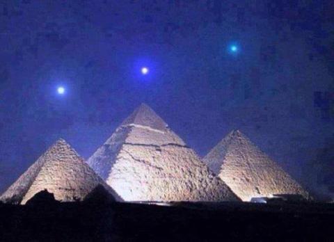 Pirámides planetas alineados