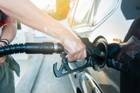 Por qué siempre deberías usar guantes de plástico al repostar el coche en la gasolinera