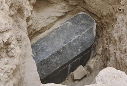 Sarcófago de granito negro