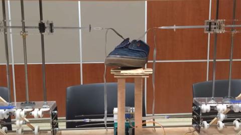 Robot ata cordones