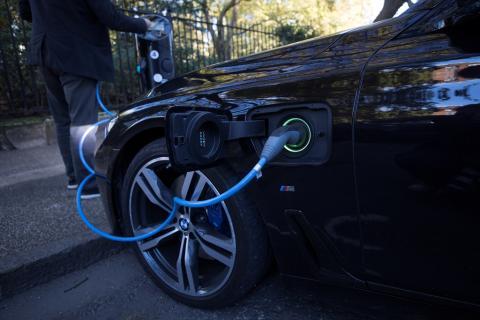Carga de un coche eléctrico en la calle