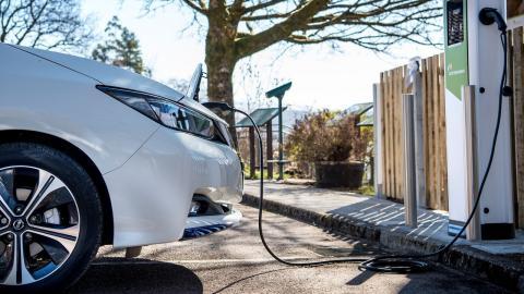 diferencias coche electrico hibrido