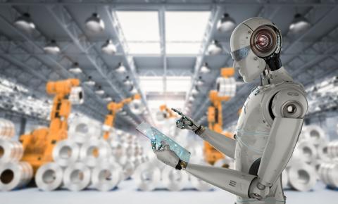 Trabajador robot en una fábrica