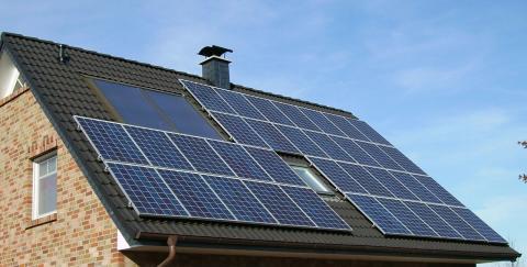 Una vivienda con paneles solares