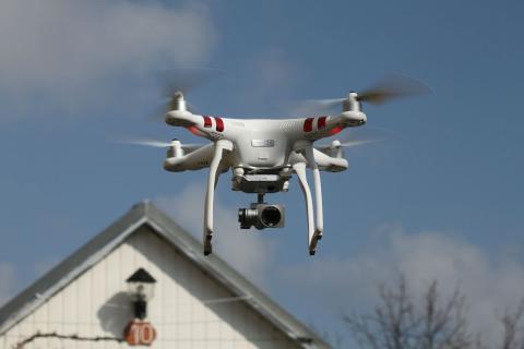 Un dron con una cámara de vigilancia