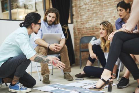 Un grupo de jóvenes en una reunión de su startup