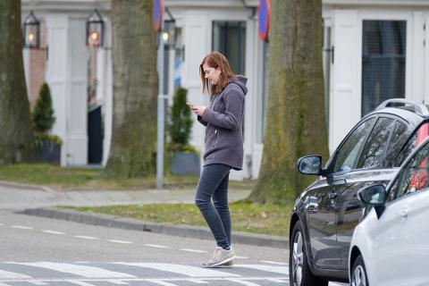 distraccion movil peaton