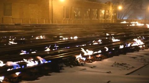 Vías del tren en llamas