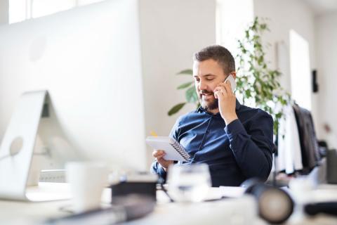 Un trabajador habla por teléfono