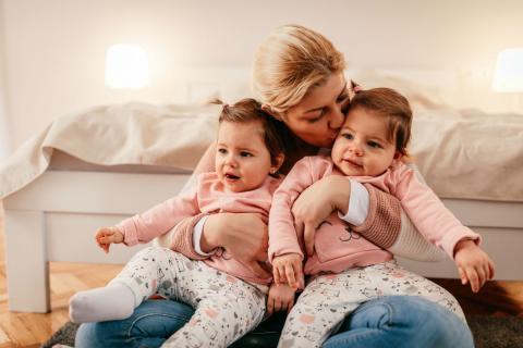 Una madre con gemelos