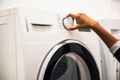 Lavar con agua fría y dejar que la lavadora se llene es otra buena opción medioambiental
