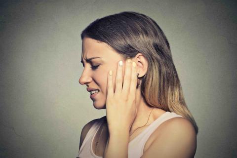 Mujer con dolor de oido.