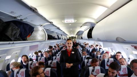 Azafata en un avión de pasajeros