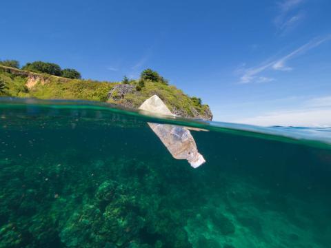 Botella de agua de plástico en el mar