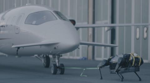 Robot arrastra un avión
