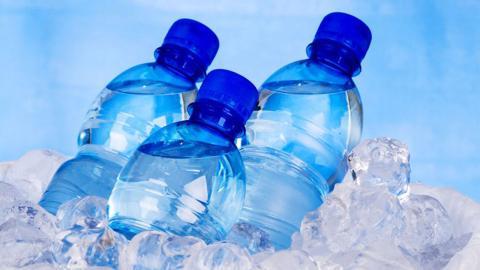 Botellas en un recipiente con hielo
