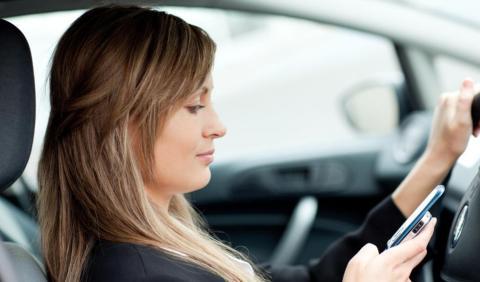 Mayores sanciones por usar móvil al volante