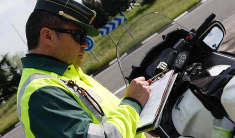 Las multas que quitan seis puntos de la DGT