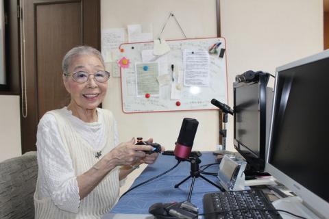 Abuela jugando a videojuegos