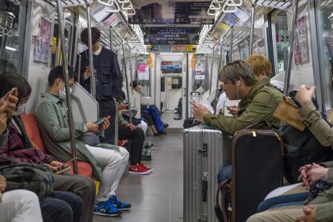 Gente usando el móvil en el metro