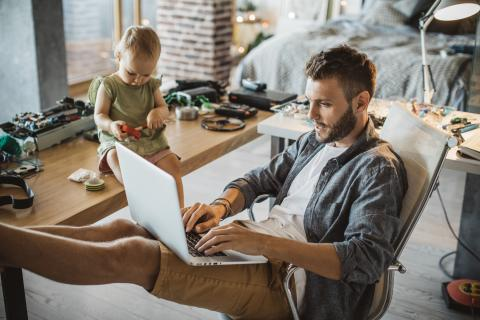 Hombre y bebé con ordenador en casa