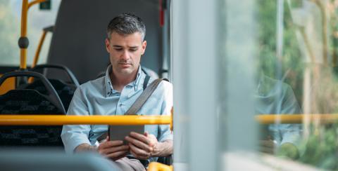 Hombre usando tablet en un autobús