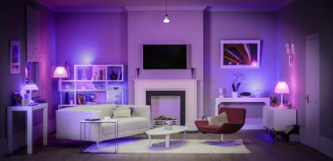 Salón con bombillas conectadas de Philips