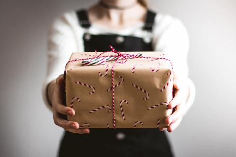 Mujer sujetando un regalo