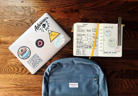 Ordenador portátil escolar con mochila y cuaderno
