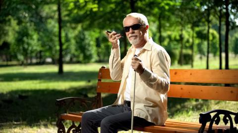 Persona con discapacidad visual usando móvil
