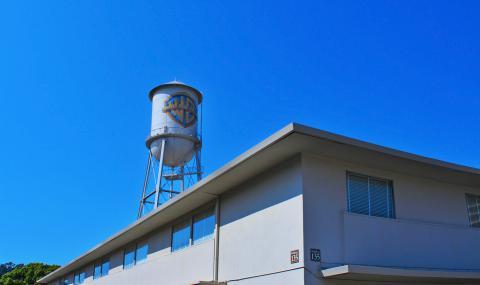 Warner Bros Pictures logo en un depósito de agua
