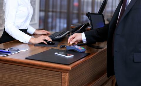 Persona pagando en un hotel