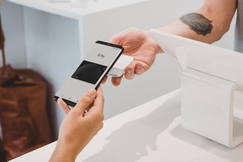 Persona pagando con un móvil NFC