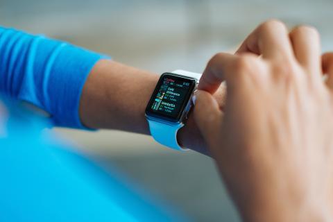 Persona usando un smartwatch en su muñeca