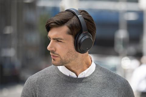 Hombre usando unos auriculares Sony WH-1000XM3