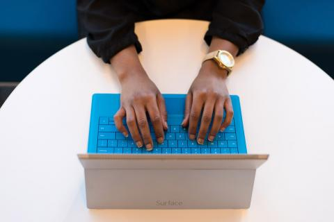 Manos de mujer usando un portátil Surface