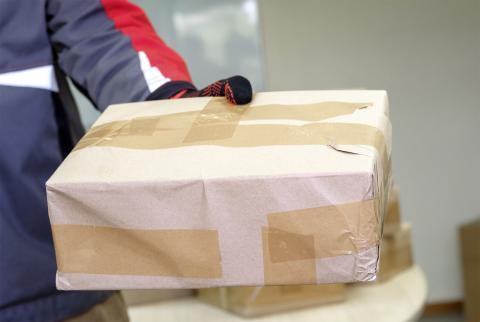 Paquete sujeto con guantes