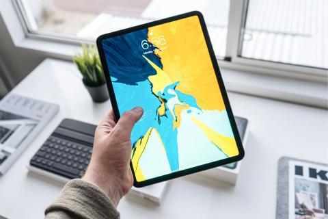 Persona sujetando un iPad Pro de 11 pulgadas