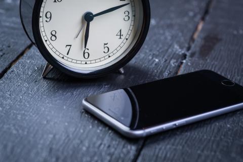 iphone junto a un despertador