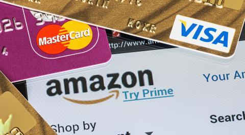 Logo amazon con tarjetas de crédito