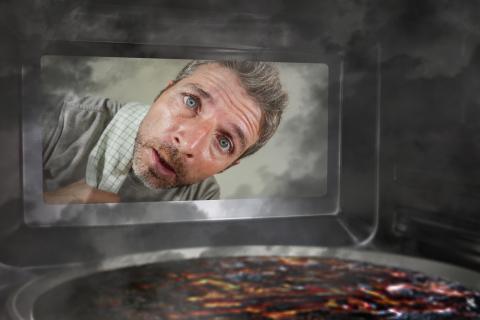hombre mirando por el cristal del horno