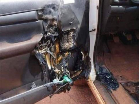 Puerta del coche quemada