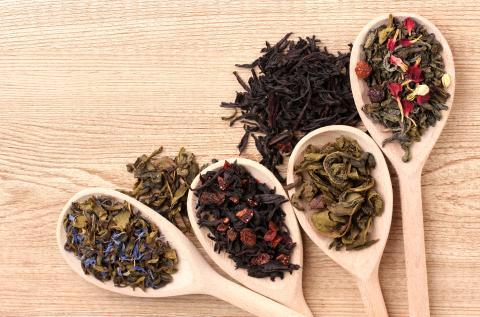Tipos de té sobre cucharas