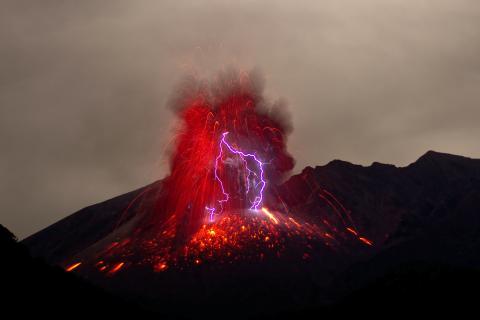 Tormenta sucia con rayos en un volcán