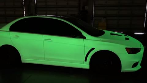 Mitsubishi Evo brilla en la oscuridad